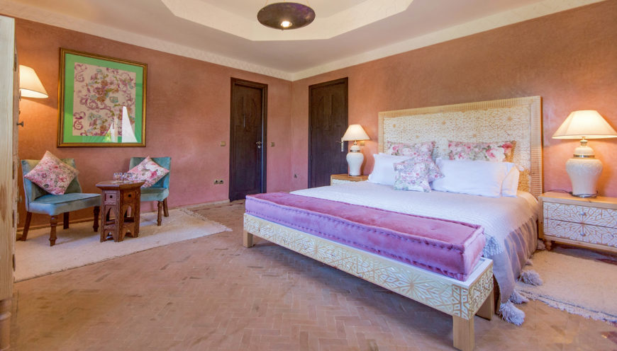 https://www.villamalikasilvana.com/wp-content/uploads/2020/12/Chambre-le-papillon-Villa-Malika-Marrakech-3-870x496.jpg